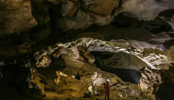 洞穴徒步,洞穴探險