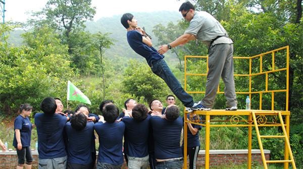 成都拓展培訓公司-信任背摔-成都聯拓培訓